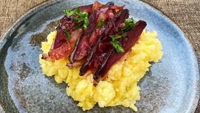 Recette : Magret de canard sec sur écrasé de pomme de terre et confiture d'oignons